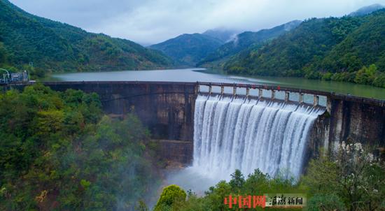 浙江浦江水庫泄洪 場面壯觀如瀑布