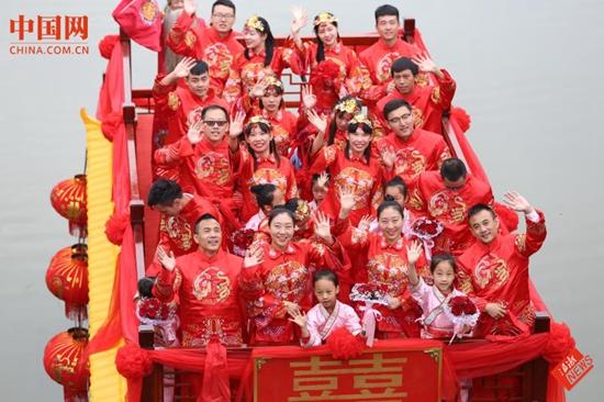 杭州宋城举行双胞胎水上婚礼,看晕现场游客