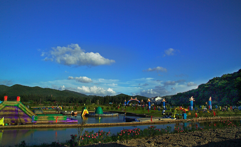 中国秀山岛滑泥主题公园位于秀山岛的西北端,面临上千亩平缓滩涂,背依