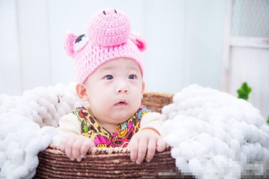 港艺人洪天明在微博上晒出自己第二子的照片,小孩张着嘴巴,肉萌可爱.