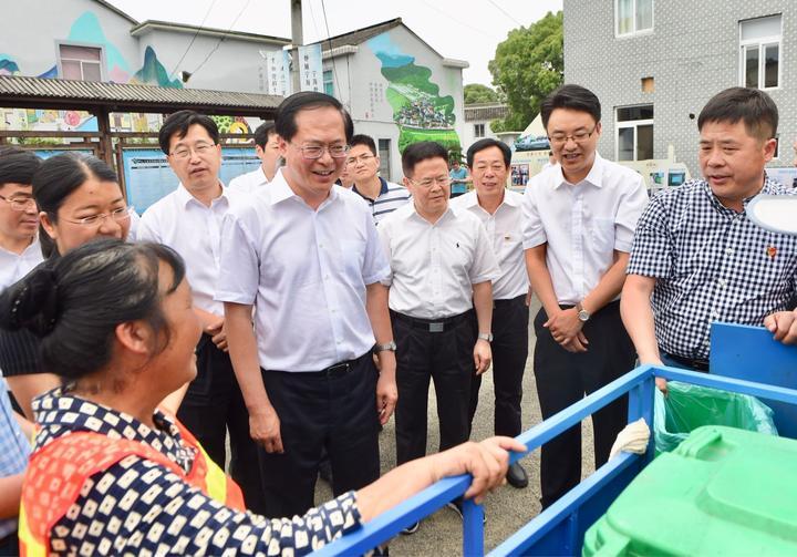 他说,广大农村基层组织要在自治,法治,德治相结合上多做探索,发扬基