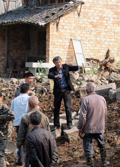 同济大学杨贵庆教授(右二)在黄岩指导乡村改造。.jpg