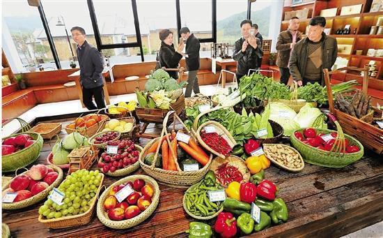 游客们在游客中心选购农副土特产品.JPEG