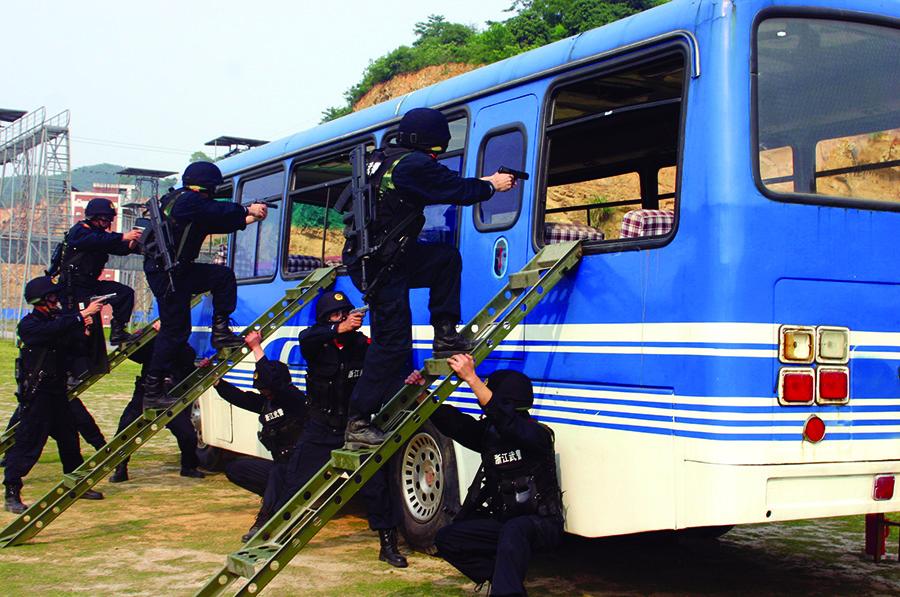 武警官兵正在進行反劫持訓.jpg