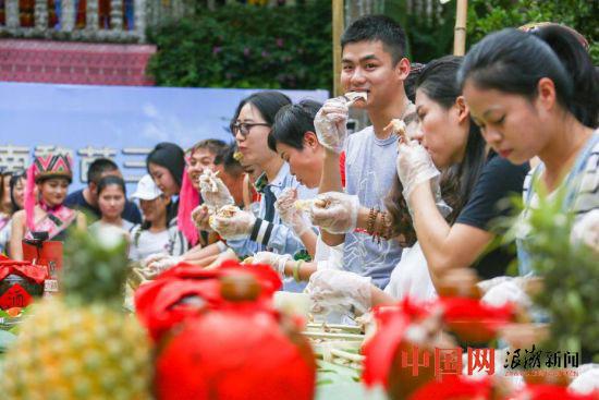 游客三亚比赛吃鸡 男子3分钟吃完一只鸡夺冠