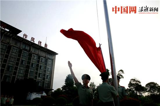 清晨六点三十分,支队机关组织升国旗仪式.jpg