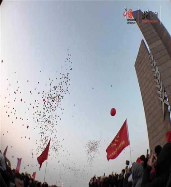 中外遊客在浙江溫嶺共同見證新年第一縷曙光