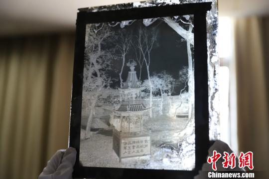 浙江七旬老人捐出245件宝贝 用玻璃底片让历史