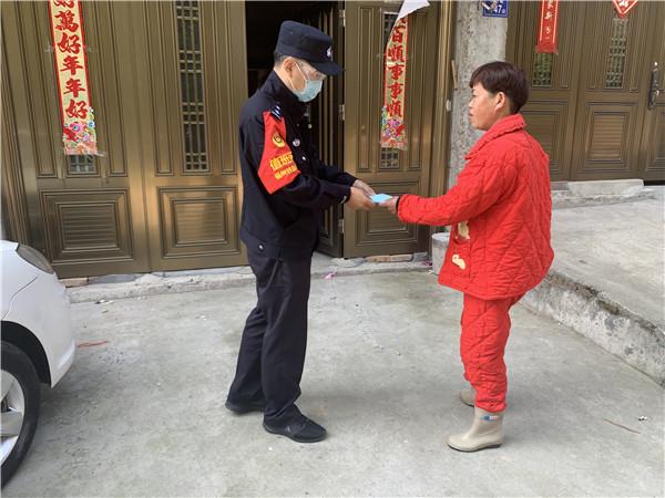 福州铁路公安处亲朋棋牌车站派出所为困难群众送上防护口罩