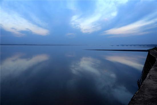 """钱塘江畔惊现""""天空之镜"""""""